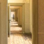 de deur door 2