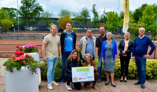 Foto uitreiking cheque Tennisclub De Kikkers